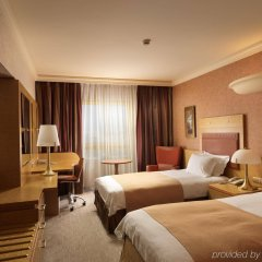 Отель Holiday Inn Athens Attica Av. Airport West комната для гостей