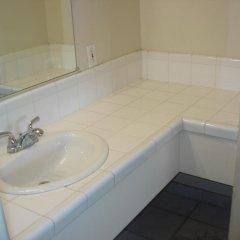 Отель Garlic Farm Inn Гилрой ванная