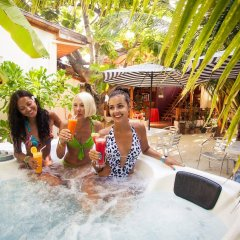 Отель Stingray Beach Inn бассейн