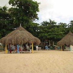 Отель Coral Seas Garden Resort пляж
