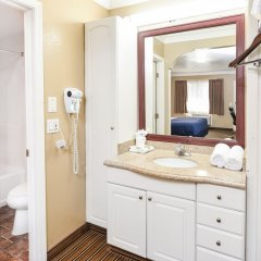 Отель Hollywood Inn Express North Лос-Анджелес ванная фото 2