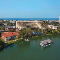 Отель Cinnamon Lakeside Colombo Шри-Ланка, Коломбо - 2 отзыва об отеле, цены и фото номеров - забронировать отель Cinnamon Lakeside Colombo онлайн приотельная территория фото 2