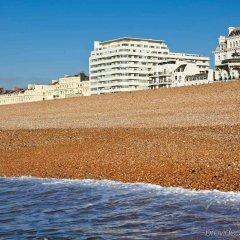 Отель Mercure Brighton Seafront Hotel Великобритания, Брайтон - отзывы, цены и фото номеров - забронировать отель Mercure Brighton Seafront Hotel онлайн пляж фото 2