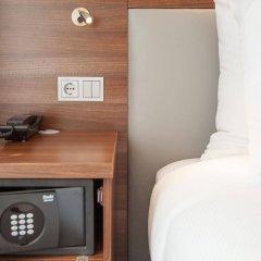 Отель Hampton By Hilton Amsterdam Centre East Амстердам сейф в номере