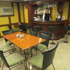 Отель Cherry Blossoms Hotel Филиппины, Манила - отзывы, цены и фото номеров - забронировать отель Cherry Blossoms Hotel онлайн бассейн