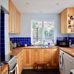 Отель Bright 2 Bedroom House in Central Brighton Брайтон в номере