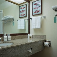 The Redwood Riverwalk Hotel ванная