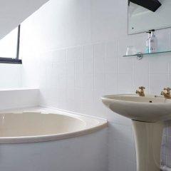 Отель Bull Hotel Великобритания, Халстед - отзывы, цены и фото номеров - забронировать отель Bull Hotel онлайн ванная