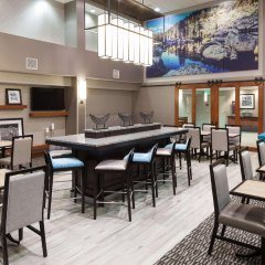 Отель Hampton Inn & Suites Tulare гостиничный бар