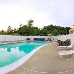 Отель All Seasons Inn and Suites бассейн