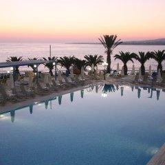 Queen's Bay Hotel бассейн