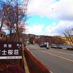 Отель Guesthouse Fujizakura Яманакако парковка