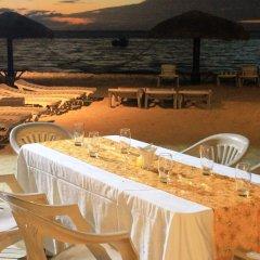 Smugglers Cove Beach Resort and Hotel пляж