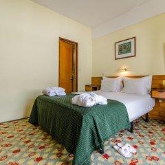 Hotel Jorge V сейф в номере