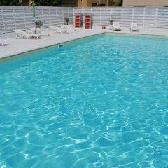 Hotel Villa Del Parco Римини бассейн