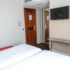 Отель Hôtel Vendôme сейф в номере