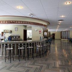 Отель Ohtels Playa de Oro Испания, Салоу - 7 отзывов об отеле, цены и фото номеров - забронировать отель Ohtels Playa de Oro онлайн гостиничный бар