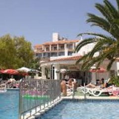 Отель Apartamentos Tramuntana бассейн