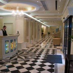 Queen's Court Hotel &Residence интерьер отеля