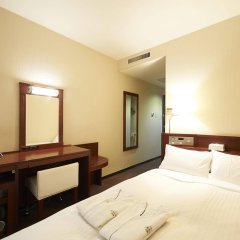 Отель Sotetsu Fresa Inn Nihombashi-Kayabacho сейф в номере