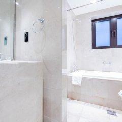 Отель Maison Privee - Burj Khalifa Community Дубай ванная