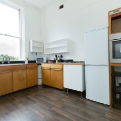 Апартаменты Spacious 1BR Period Apartment Hampstead Лондон в номере