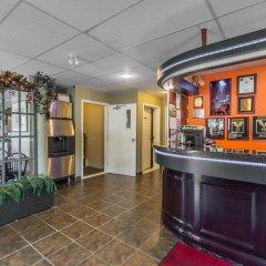 Отель Econo Lodge Montmorency Falls Канада, Буашатель - отзывы, цены и фото номеров - забронировать отель Econo Lodge Montmorency Falls онлайн гостиничный бар