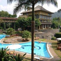 Отель Earl's Regency бассейн