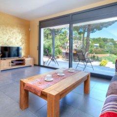 Отель Casa Cap Ras - Four Bedroom Испания, Льянса - отзывы, цены и фото номеров - забронировать отель Casa Cap Ras - Four Bedroom онлайн комната для гостей фото 2