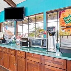 Отель Super 8 by Wyndham Los Angeles США, Лос-Анджелес - отзывы, цены и фото номеров - забронировать отель Super 8 by Wyndham Los Angeles онлайн интерьер отеля