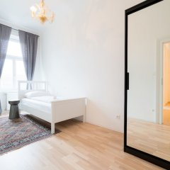 Апартаменты Vienna Residence Spacious Viennese Apartment for up to 5 Happy Guests Вена комната для гостей фото 4