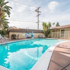 Отель Rodeway Inn Los Angeles США, Лос-Анджелес - 8 отзывов об отеле, цены и фото номеров - забронировать отель Rodeway Inn Los Angeles онлайн бассейн фото 2