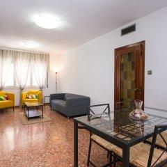 Отель Spacious & Quiet 4 Bedroom Apartment Испания, Барселона - отзывы, цены и фото номеров - забронировать отель Spacious & Quiet 4 Bedroom Apartment онлайн комната для гостей фото 4