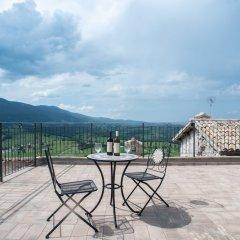 Отель Il Castello Di Perchia Сполето приотельная территория