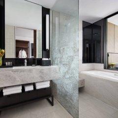 Отель Marriott Bangkok The Surawongse Бангкок ванная