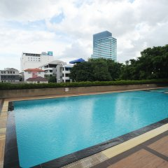 Отель Aunchaleena Grand Бангкок бассейн