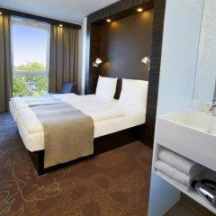 Отель Motel One Duesseldorf City сейф в номере