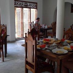 Отель Srimalis Residence Унаватуна питание