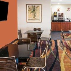 Отель Super 8 Columbus West гостиничный бар