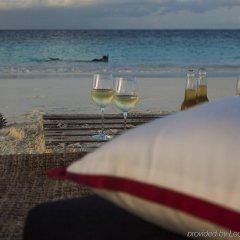 Отель Taj Coral Reef Resort & Spa Maldives Мальдивы, Северный атолл Мале - отзывы, цены и фото номеров - забронировать отель Taj Coral Reef Resort & Spa Maldives онлайн пляж