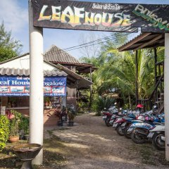 Leaf House Bungalow - Hostel парковка