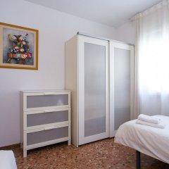Отель Spacious & Quiet 4 Bedroom Apartment Испания, Барселона - отзывы, цены и фото номеров - забронировать отель Spacious & Quiet 4 Bedroom Apartment онлайн комната для гостей фото 2