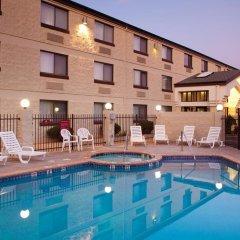 Отель Red Feather Lodge бассейн