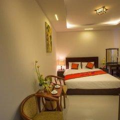 Отель Han Huyen Homestay Хойан сейф в номере