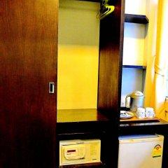 Отель The Sunrise Residence сейф в номере