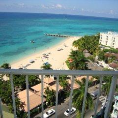 Отель Sky Box Beach Suite at Montego Bay Club Ямайка, Монтего-Бей - отзывы, цены и фото номеров - забронировать отель Sky Box Beach Suite at Montego Bay Club онлайн балкон