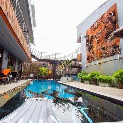 Nicky's Handlebar Hotel бассейн