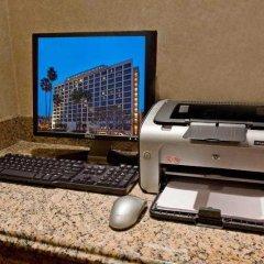 Отель Beverly Hills Marriott фитнесс-зал фото 4