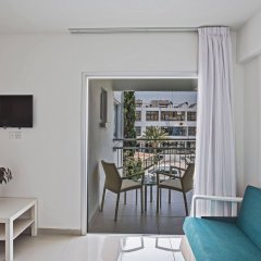 Отель Tsokkos Holiday Hotel Apartments Кипр, Айя-Напа - 1 отзыв об отеле, цены и фото номеров - забронировать отель Tsokkos Holiday Hotel Apartments онлайн комната для гостей фото 2