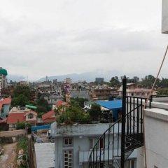 Отель Four Red Doors Apartments Непал, Катманду - отзывы, цены и фото номеров - забронировать отель Four Red Doors Apartments онлайн балкон